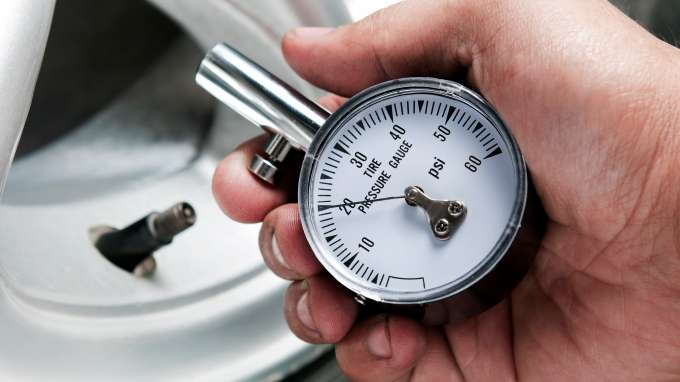 how to use a tire pressure gauge carsdirect. Black Bedroom Furniture Sets. Home Design Ideas