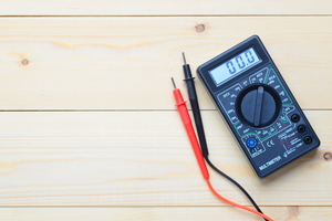 How to Test a Speaker Wire With a Voltmeter