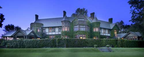 Blantyre es un hermoso complejo de cinco estrellas con 110 acres escénicos en Berkshires. La casa de campo es una de las pocas mansiones restantes de la Edad Dorada, inspirada en una mansión y una finca escocesa. www.blantyre.com