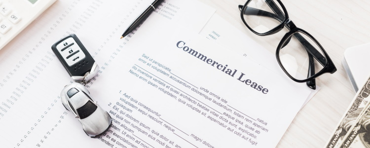 ¿Cuál es el puntaje mínimo de crédito para arrendar un auto?
