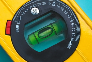 liquid level device with bubble surrounded by numbers