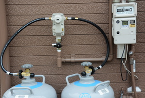 two propane tanks with a connective hose