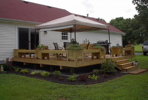 A new deck built by a DIYer in his backyard.