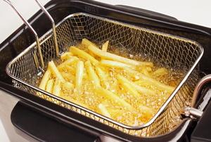 Fries in a deep fryer