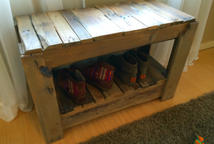 A wood pallet shoe bench