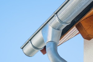 the corner of a seamless metal gutter with supporting brackets