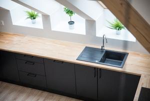 A black sink.