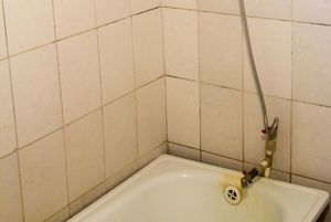 How to Remove Yellow Bathtub Stains