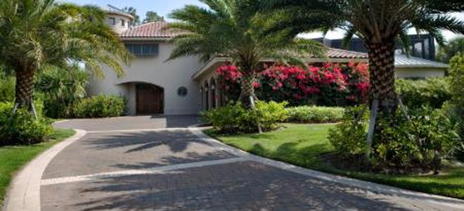 6 driveway edging ideas doityourself driveway edging can create an attractive border for your homes driveway serving to protect it as well as adding additional curb appeal solutioingenieria Image collections