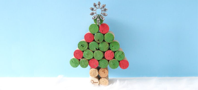 Diy wine cork christmas tree decor for Do it yourself christmas tree decorations