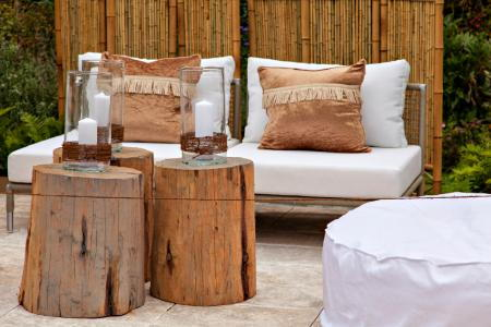 Diy deck and patio seating for Table basse rondin de bois