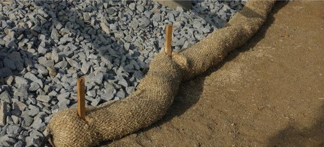 антикоррозионный рулон ткани на каменистой почве