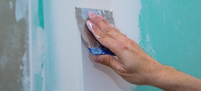 ручная штукатурка стен с помощью скребка