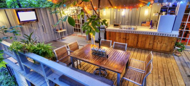 sân ngoài trời hoặc không gian sân với quầy bar, bàn và bóng râm