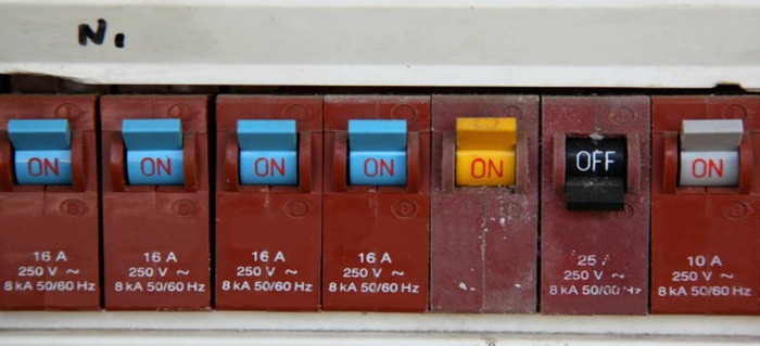 how to replace a circuit breaker fuse doityourself com changing fuse in modern fuse box modern fuse box #17