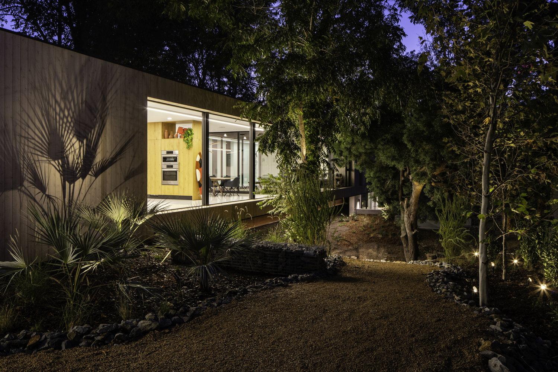 A Stream Runs Under This Modern ?Bridge House? in Los Angeles