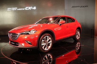2017 Mazda CX-4 front 3/4 view