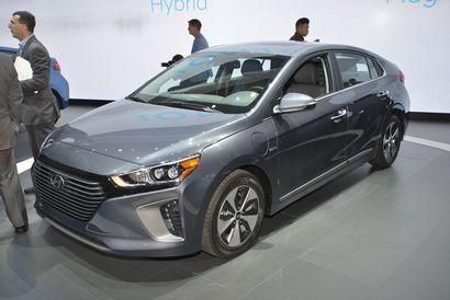 2017 Hyundai Ioniq Plug-In Hybrid front 3/4 view