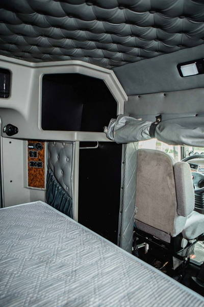 2004 KENWORTH T300   8.3 CUMMINS WITH 315 HORSEPOWER   10 SP  for Sale $65,000