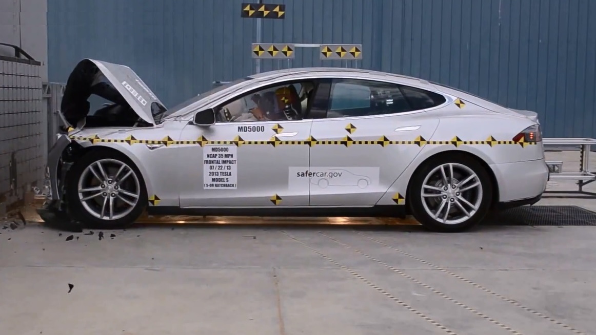 2013 Tesla Model S crash test by NHTSA (Image: crashnet1 Youtube screen grab)