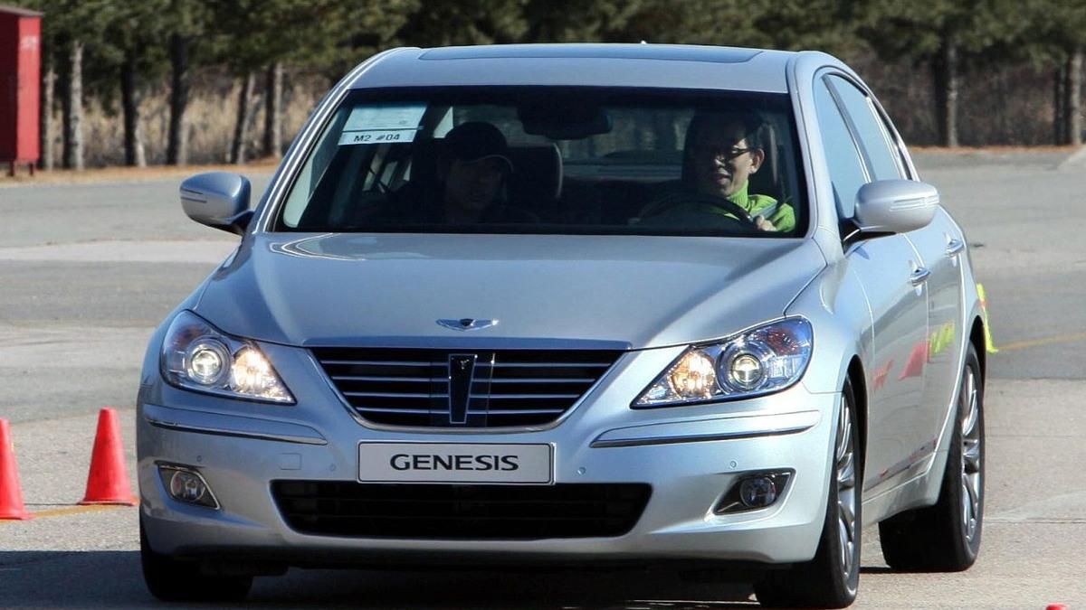 hyundai genesis sedan motorauthority 001 2