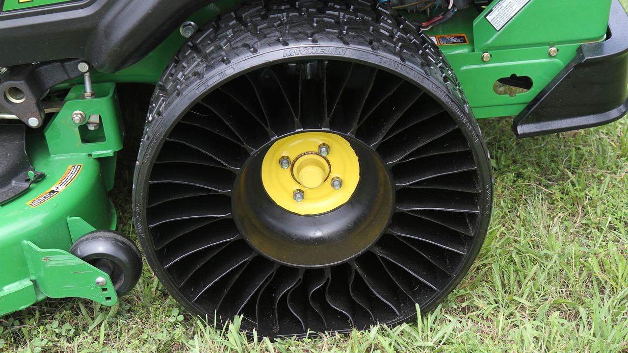 John Deere lawnmower with Michelin tweel