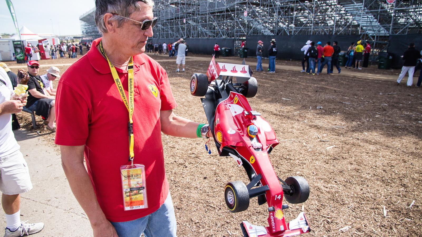 Kim Reimer with his intricate self-built Ferrari F1 hat, 2014 F1 United States Grand Prix