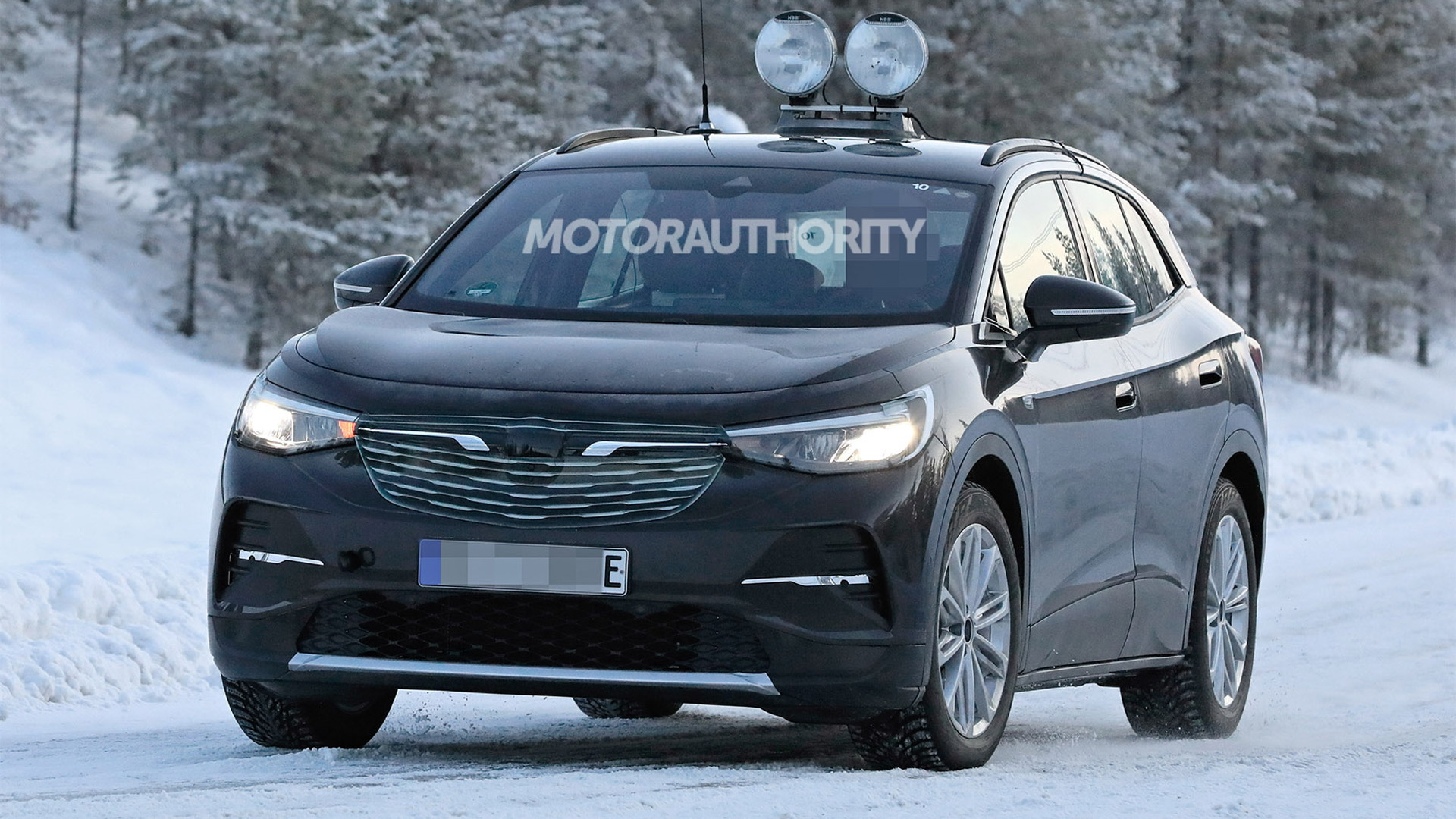 2021 Volkswagen ID 4 (Crozz) spy shots - Photo credit: S. Baldauf/SB-Medien