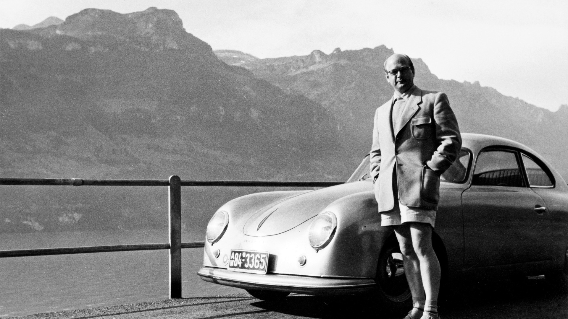 Ottomar Domnick next to his Porsche 356