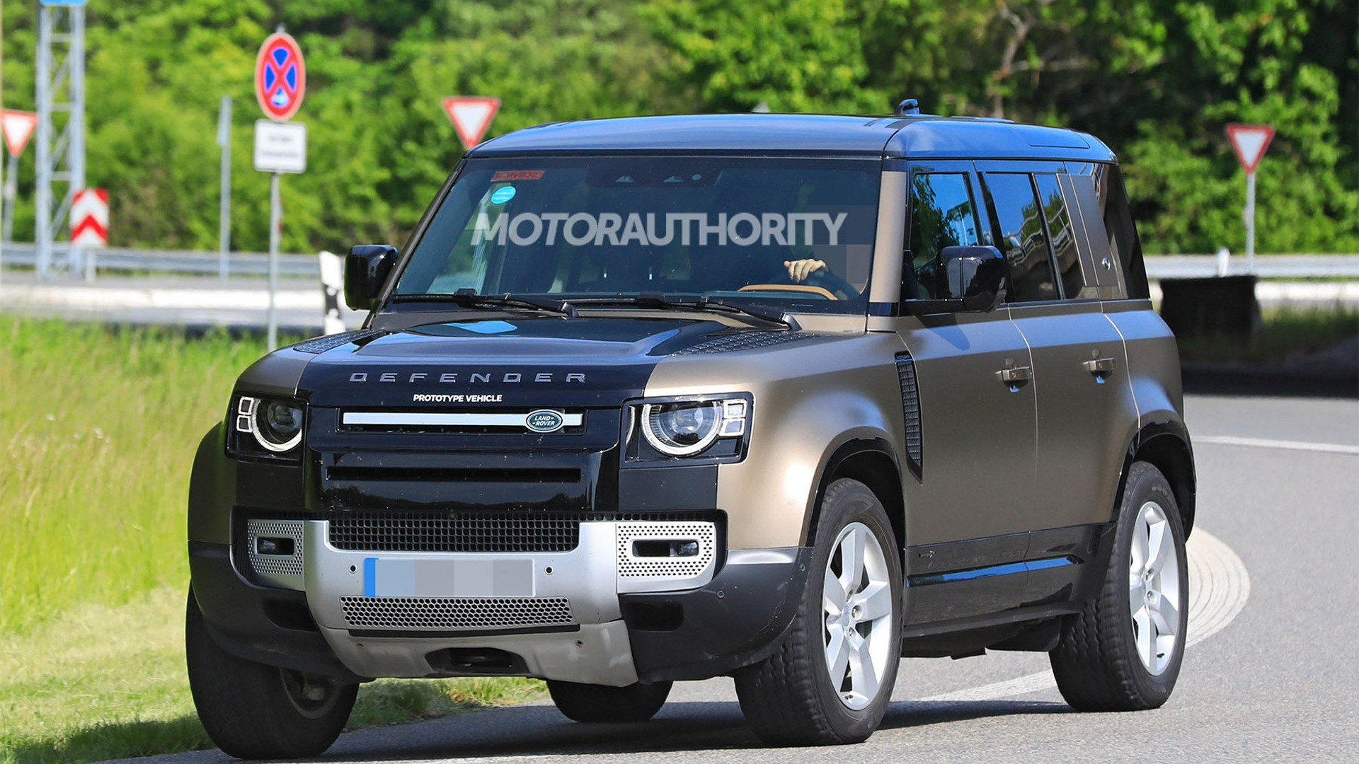 2022 Land Rover Defender V-8 test mule spy shots - Photo credit: S. Baldauf/SB-Medien