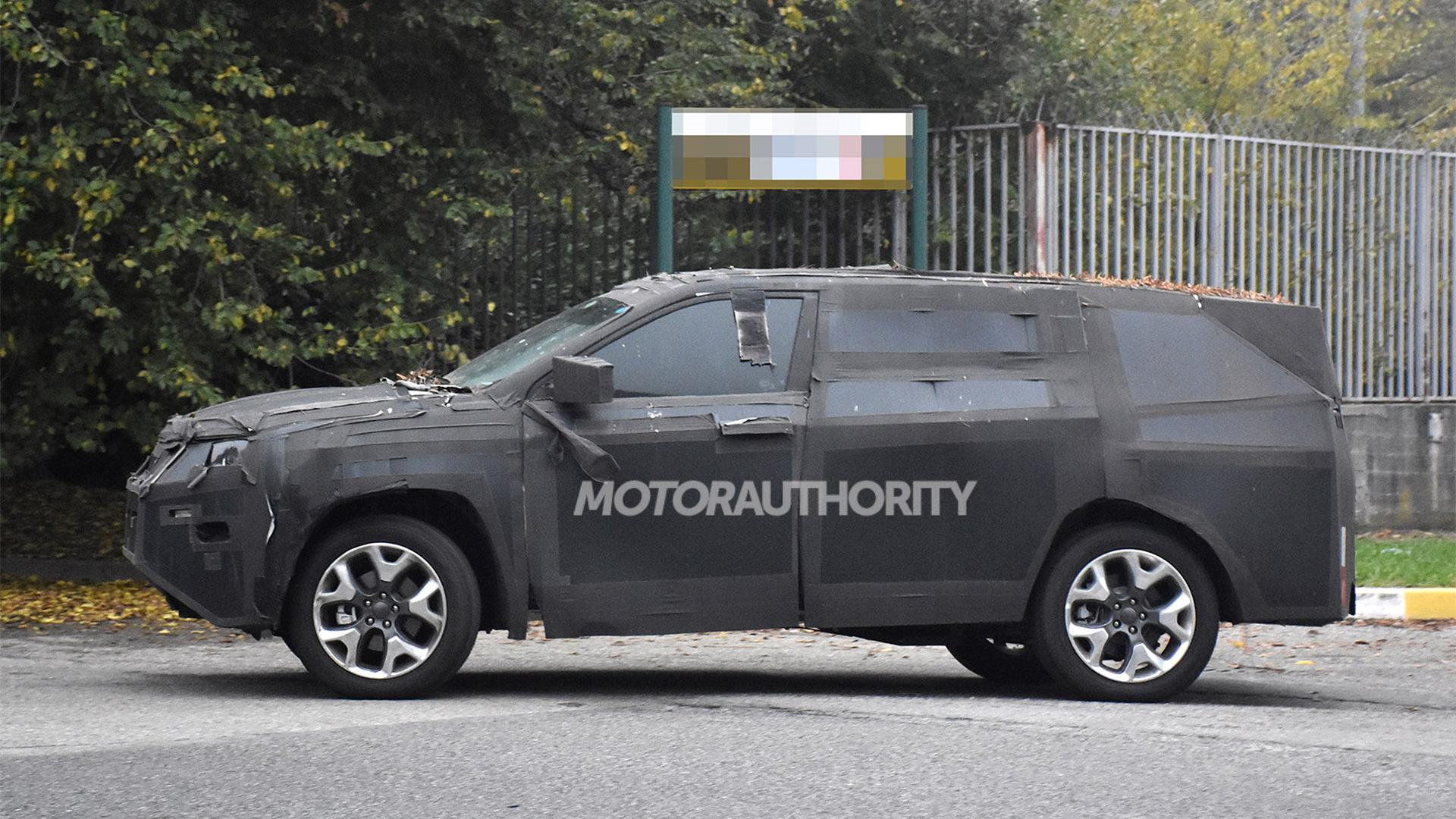 2022 Jeep Compass-based three-row SUV spy shots - Photo credit:S. Baldauf/SB-Medien