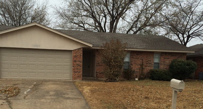 Image of 10327 Fairfax Ln in Yukon, OK